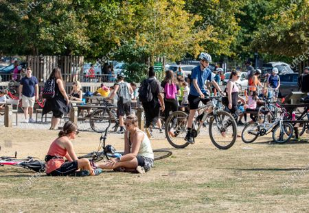 "Toimituksellinen valokuva aiheesta Police patrol London parks to enforce the ""Rule of Six"" on the first weekend since it was introduced as the warm weather continues in the South East of England, London, UK - 20 Sep 2020"