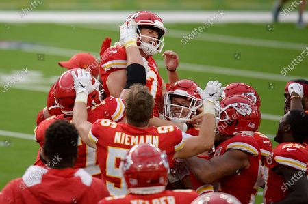 Arkistokuva kohteesta Kansas City Chiefs kicker Harrison Butker, top, is lifted by teammates after making the game-winning field goal during overtime of an NFL football game against the Los Angeles Chargers, in Inglewood, Calif. Kansas City won 23-20