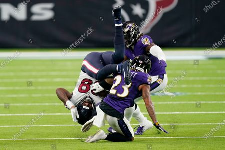 Stock snímek na téma Houston Texans tight end Jordan Akins (88) is upended by Baltimore Ravens cornerback Anthony Averett (23) after making a catch during the second half of an NFL football game, in Houston