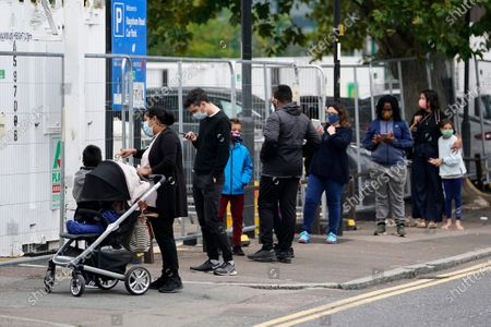 Arkistokuva kohteesta Members of the public queue at an NHS testing facility in Edmonton, London, Britain, 21 September 2020. It is reported that British Prime Minister Boris Johnson is considering possible further restrictions after a rise in COVID-19 cases in the UK.