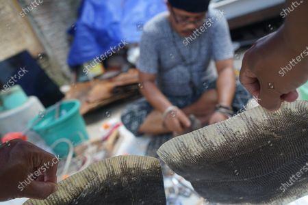 Dina Mahardika, an art craftsman from Makassar, South Sulawesi, makes various unique crafts using various animal skins. One of his works is making key chains and bags using monitor lizard skin or the Latin language Varanus varius.