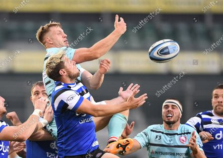 Ollie Thorley of Gloucester competes in the air with Rhys Priestland of Bath; Recreation Ground, Bath, Somerset, England; English Premiership Rugby, Bath versus Gloucester.