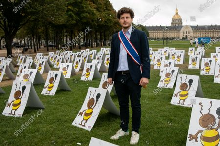 Julien Bayou. Neonicotinoides, collective action on the Esplanade des Invalides. While the Economic Affairs committee will debate the bill re-authorizing neonicotinoid insecticides, a dozen associations and unions are organizing the first demonstration bringing together 577 panels representing a bee with a raised fist.