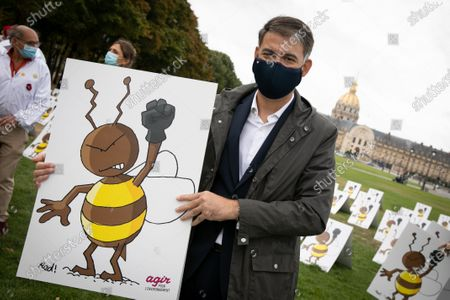 Stock Picture of Olivier Faure. Neonicotinoides, collective action on the Esplanade des Invalides. While the Economic Affairs committee will debate the bill re-authorizing neonicotinoid insecticides, a dozen associations and unions are organizing the first demonstration bringing together 577 panels representing a bee with a raised fist.