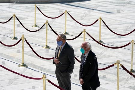 Stock snímek na téma United States Senate Minority Leader Chuck Schumer (Democrat of New York), and US Senator Bernie Sanders (Independent of Vermont), pay respects as Justice Ruth Bader Ginsburg lies in repose under the Portico at the top of the front steps of the U.S. Supreme Court building, in Washington. Ginsburg, 87, died of cancer on Sept. 18. (AP Photo/Alex Brandon, Pool)