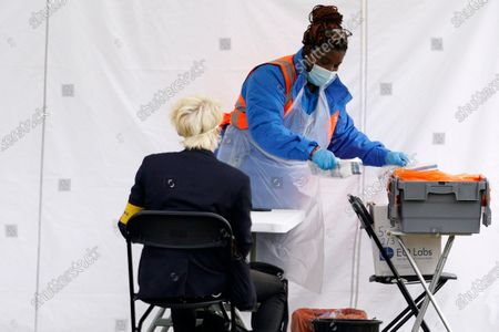 Members of the staff at a COVID19 testing centre in Central London, Britain, 23 September 2020. The British government has implemented new restrictions after an increase in COVID-19 cases.
