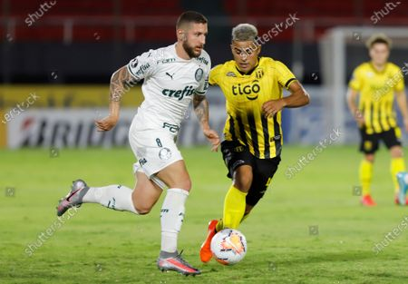 Guarani's Miguel Angel Benitez (R) vies for the ball with Palmeira's Jose Rafael Vivian (L) during a Copa Libertadores Group B soccer match between Guarani of Paraguay and Palmeiras of Brazil, at the Defensores del Chaco Stadium, in Asuncion, Paraguay, 23 September 2020.