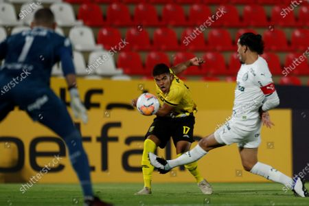 Guarani's Ivan Redes (L) vies for the ball with Palmeira's Raul Gomez (R) during a game of the Group B of the Copa Libertadores between Guarani of Paraguay and Palmeiras of Brazil, at the Defensores del Chaco stadium in Asuncion, Paraguay, 23 September 2020.