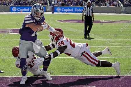 Kansas State quarterback Skylar Thompson (10) runs into the end zone to score a touchdown as Oklahoma linebacker Brian Asamoah (24) and safety Pat Fields (10) defend during the second half of an NCAA college football game in Manhattan, Kan. Kansas State won 48-41. Thompson is now set to make his 29th career start when the Wildcats try to only their fifth win ever over a top-five team, this week against Oklahoma. This matchup will be in Norman