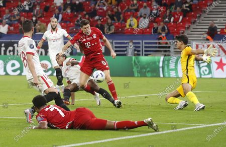 Robert Lewandowski (C) of Bayern Munich in action against Yassine Bounou (C-L) of Sevilla during the UEFA Super Cup final between Bayern Munich and Sevilla FC at the Puskas Arena in Budapest, Hungary, 24 September 2020.