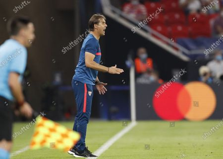 Sevilla's head coach Julen Lopetegui reacts during the UEFA Super Cup final between Bayern Munich and Sevilla FC at the Puskas Arena in Budapest, Hungary, 24 September 2020.