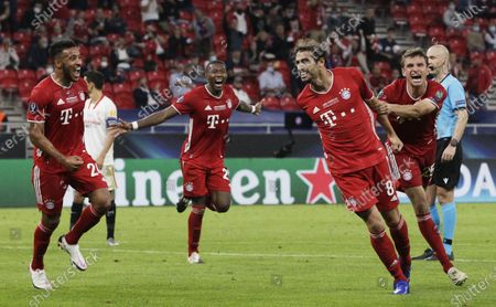 Javi Martinez (2R) of Bayern Munich celebrates with teammates after scoring the second goal of his team during the UEFA Super Cup final between Bayern Munich and Sevilla at the Puskas Arena in Budapest, Hungary, 24 September 2020.