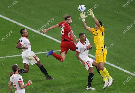 Javi Martinez (C) of Bayern Munich in action against Diego Carlos (2R) and Yassine Bounou (R) of Sevilla during the UEFA Super Cup final between Bayern Munich and Sevilla FC at the Puskas Arena in Budapest, Hungary, 24 September 2020.