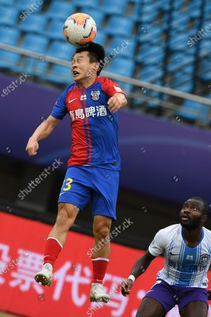 Shi Zhe (L) of Qingdao Huanghai heads for the ball during the 13th round match between Qingdao Huanghai and Tianjin Taida at the postponed 2020 season Chinese Football Association Super League (CSL) Suzhou Division in Suzhou, east China's Jiangsu Province, Sept. 25, 2020.