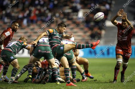 RC Toulon vs Leicester Tigers. Leicester's Ben Youngs kicks