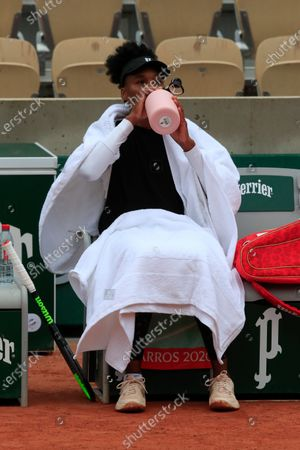 Venus Williams of the U.S. is cover herself with towels to protect against the cold in her first round match of the French Open tennis tournament at the Roland Garros stadium in Paris, France