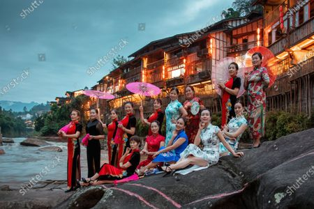 September 23, 2020, chongqing jiangjin, zhongshan town cheongsam show, National Day, Mid-Autumn festival good place. A group of women in various qipao costumes gathered in the ancient town of Zhongshan, making the normally deserted town lively. In the old street, the ancient buildings, stone streets and Qipao met, which appeared particularly harmonious and attractive. The ladies interpreted an elegant attitude of life with the qipao show.