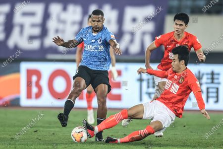 Salomon Rondon (L) of Dalian Pro vies with Park Ji-Soo (bottom) of Guangzhou Evergrande Taobao during the 14th round match between Guangzhou Evergrande Taobao and Dalian Pro at the postponed 2020 season Chinese Football Association Super League (CSL) Dalian Division in Dalian, northeast China's Liaoning Province, Sept. 27, 2020.