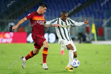 Roger Ibanez of Roma (L) and Douglas Costa of Juventus (R) in action during the Italian Serie A soccer match between AS Roma and Juventus FC at Olimpico Stadium in Rome, Italy, 26 Semptember 2020.