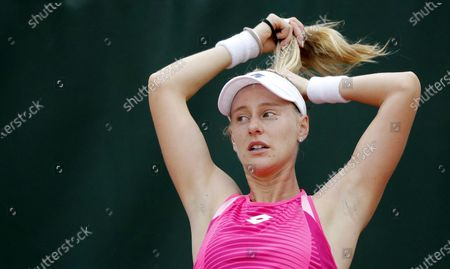 Alison Riske of the US adjusts her pony tail during a breakl between games in her first round match against Julia Goerges of Germany at the French Open tennis tournament at Roland Garros in Paris, France, 29 September 2020.