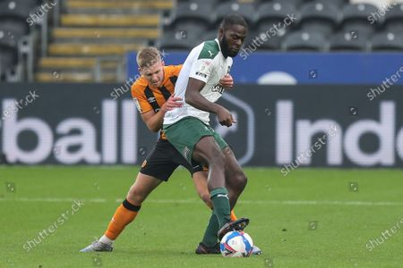 Daniel Batty (8) of Hull City and Frank Nouble (7) of Plymouth Argyle challenge for the ball