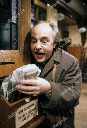 Derek Benfield as Arthur Walton.