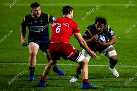 Marco Mama of Worcester Warriors takes on Callum Hunter-Hill of Saracens