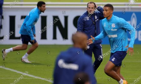 Manuel Baum (C), newly appointed head coach of German Bundesliga side FC Schalke 04, leads his team's training session at the training ground in Gelsenkirchen, Germany, 30 September 2020. Manuel Baum was previously coach of the German U18 national team, and has been approved for his new position by the German Football Association (DFB). The position of the assistant coach will be taken over by former Brazilian international and former Bundesliga player Naldo.