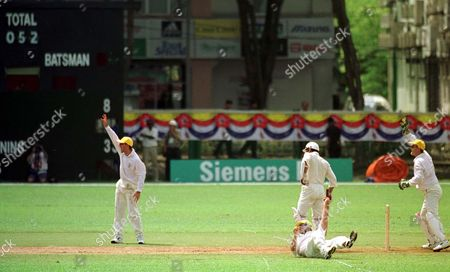 ***16th Commonwealth Games In Kuala Lumpur 1998***commonwealth Games Kl. Australia Beat Canada At Cricket Wooldridge Special Australias Darren Lehman Dives Forward To Catch Munseb Diwan Canada And Makes Them 52 For 9 In Empty Stadium