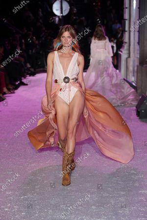 Constance Jablonski on the catwalk