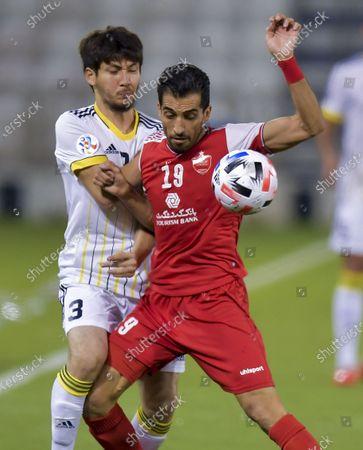 Vahid Amiri (R) of Persepolis FC vies with Khojiakbar Alijonov of Pakhtakor during the AFC Champions League quarter-final match between Pakhtakor of Uzbekistan and Persepolis FC of Iran at Jassim Bin Hamad Stadium in Doha, capital of Qatar, Sept. 30, 2020. Persepolis FC won 2-0.