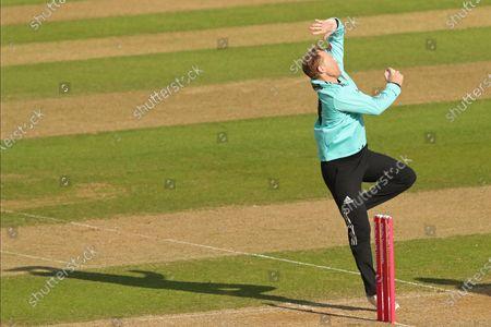 Gareth Batty of Surrey bowling