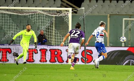 Sampdoria's Valerio Verre (R) scores the 2-1 lead during the Italian Serie A soccer match between ACF Fiorentina and UC Sampdoria at the Artemio Franchi stadium in Florence, Italy, 02 October 2020.