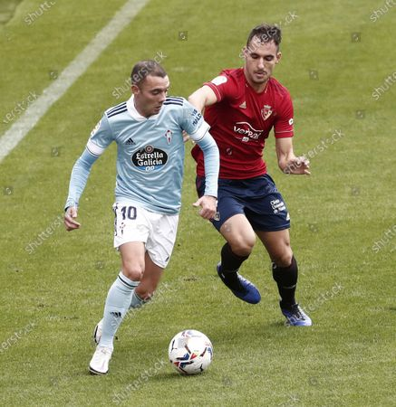 Osasuna's Spanish defender Unai Garcia (R) vies for the ball with Celta Vigo's Spaniard Iago Aspas during their LaLiga match at El Sadar Stadium, in Pamplona, northern Spain, 04 October 2020.