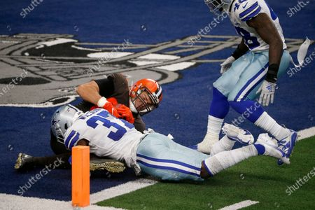 Dallas Cowboys safety Donovan Wilson (37) and linebacker Joe Thomas (48) defend as Cleveland Browns tight end Stephen Carlson (89) lands on the ball in the end zone for a two-point conversion late in the second half of an NFL football game in Arlington, Texas