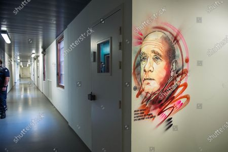 Christian Guemy, alias C215, street art artist brings art to prisons and in particular to the Sante detention center in Paris at the PITR integration and prevention pole. The portraits made in this space are dedicated to accompanying detainees. C215 offers his works to all the people who come to the remand centers, for different reasons. Here, the realization of the portrait of Simone Veil, who directed the penitentiary administration, brought medico-psychological centers into prison, and generalized libraries. Minister of Health, she decriminalized abortion in France in 1975. It is a voluntary project set up, with the faces of resistance fighters, writers, people of justice, who have left their mark on History or who have a link with this penitentiary center. The aim is to open up avenues for cultural, historical and human reflection with the detainees.