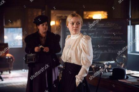 Melanie Field as Bitsy Sussman and Dakota Fanning as Sara Howard
