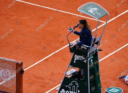The umpire clashes with Laura Siegemund after a time violatio warning