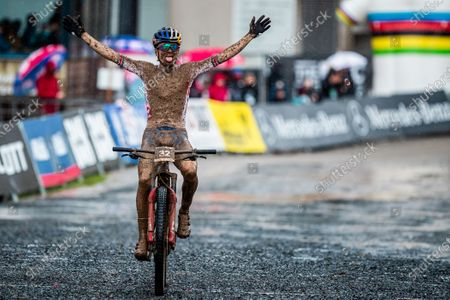 Tom Pidcock of Great Britain celebrates winning the Men's E-MTB Cross-country race.