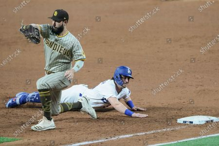 Stock Photo of Arlington, Texas, Tuesday, October 6, 2020. Los Angeles Dodgers center fielder Cody Bellinger (35) dives back safely on a pickoff attempt as San Diego Padres first baseman Eric Hosmer (30) takes the late throw from pitcher Pierce Johnson (36) in game one of the NLDS at Globe Life Field. (Robert Gauthier/ Los Angeles Times)