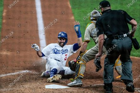Arlington, Texas, Tuesday, October 6, 2020. Los Angeles Dodgers second baseman Chris Taylor (3) scores on the sixth inning in game one of the NLDS at Globe Life Field. (Robert Gauthier/ Los Angeles Times)