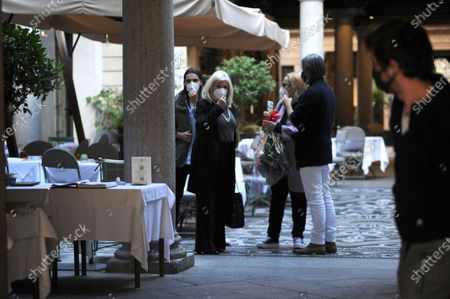 Sandra Milo having lunch with friends and is suprised by Rocco Barocco before getting a taxi back to her hotel.