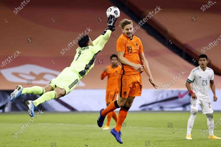 Mexico goalkeeper Alfredo Talavera Diaz, Luuk de Jong of Holland during the friendly match between the Netherlands and Mexico at the Johan Cruyff Arena