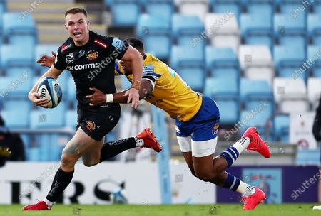 Joe Simmonds of Exeter Chiefs breaks away from Anthony Watson of Bath.