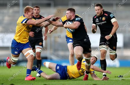 Sam Simmonds of Exeter Chiefs skips y Rhys Priestland of Bath.
