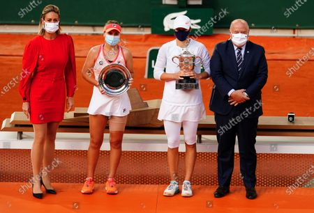Iga Swiatek of Poland poses with her trophy alongside runner up Sofia Kenin of the USA, former champion Mary Pierce and President of the French Tennis Federation Bernard Giudicelli