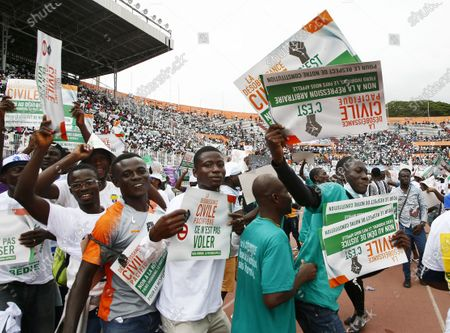 Supporters demonstrate during a meeting of the Ivorian opposition against the candidacy for re-election of outgoing President Alassane Ouattara. at the Felix Houphouet-Boigny stadium in Abidjan, Ivory Coast, 10 October 2020. Presidential elections in Cote d'Ivoire will take place on October 31, 2020.