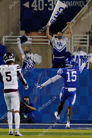 Kentucky linebacker Jordan Wright (15) scores a touchdown during the second half of an NCAA college football game against Mississippi State, in Lexington, Ky