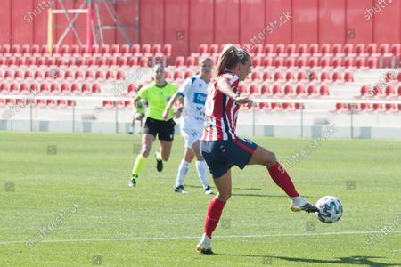 Toni Duggan control the ball. Draw at 1, in the first match played in Centro Deportivo Wanda Metropolitano, played whitout public by COVID-19 pandemic. The goals was made by Van Dongen that head the ball in minute 53 and Pisco that transform a penalty in minute 90.