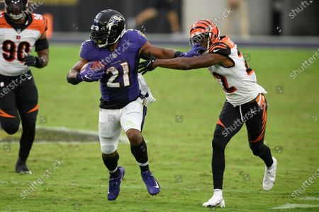 Baltimore Ravens running back Mark Ingram (21) runs with the ball against Cincinnati Bengals cornerback William Jackson (22) during the second half of an NFL football game, in Baltimore